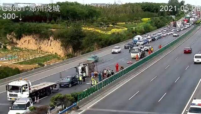 30头猪大闹郑州绕城高速 3人受伤 车辆排队5公里插图4