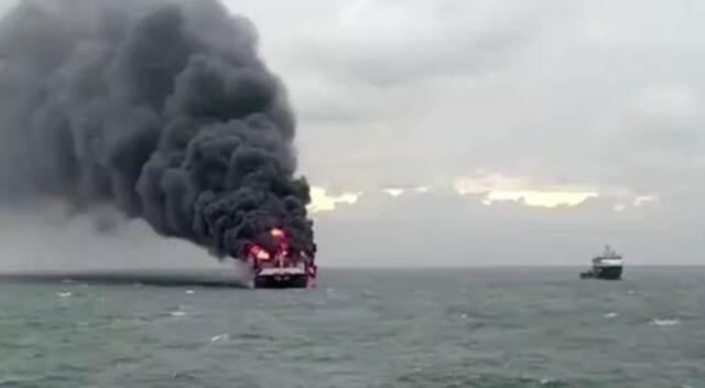 突发!集装箱船爆炸,浓烟滚滚插图
