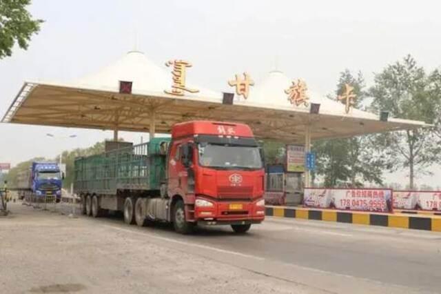 """内蒙古一霸道运管所长:大货车""""保道费""""一个月3000元,你看着办吧!插图"""
